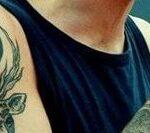 Aquí podemos darnos cuenta que el tatuaje de Louis es más grande que él…