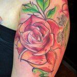 El significado de un tatuaje de rosa (con foto). Descubre lo que significa un tatuaje de rosa en el mejor portal de tatuajes.