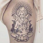 BRUTAL este tatuaje: El sol La luna La tierra La mujer La rezandera La…