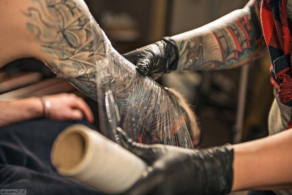 Cómo cuidar un tatuaje: todo el proceso de curación