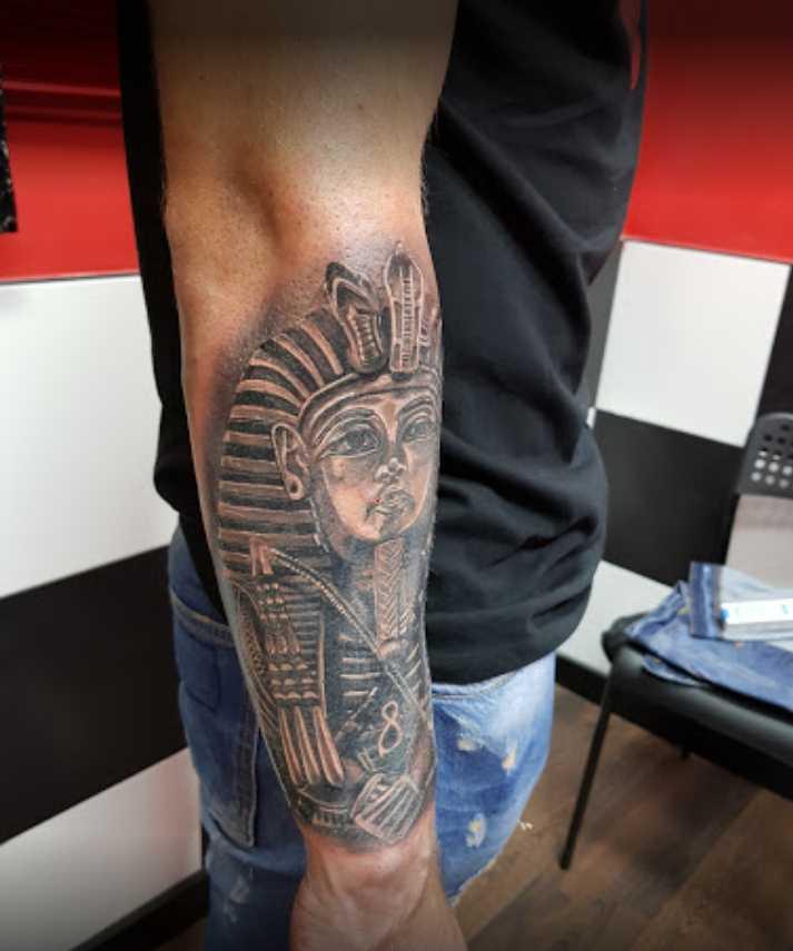 JuanPe Tattoo esfinge en antebrazo de hombre