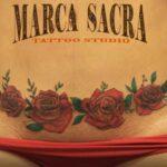 Marca Sacra Tattoo Studio rosas en vientre de mujer