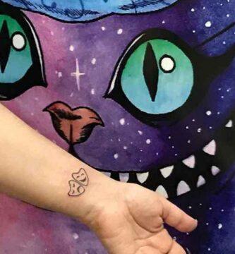 Pequeño tatuaje de mascaras de Teatro en Muñeca