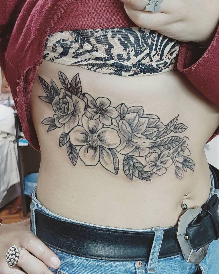 Tatuaje de Flores en toda la zona del abdomen