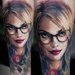 Tatuaje de Harley Quinn realistico con lentes anteojos 28
