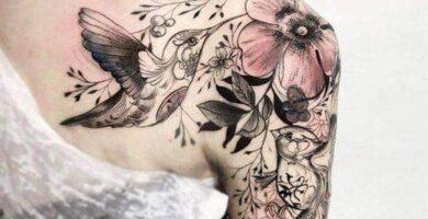 Tatuaje en hombro mujer con colibri