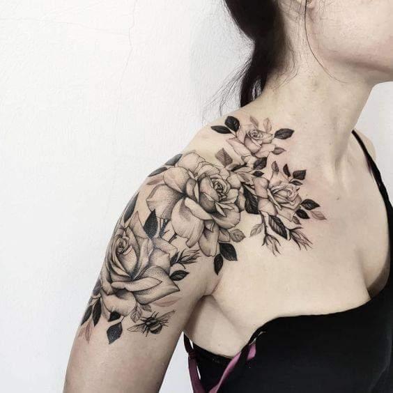 Tatuaje en hombro mujer hasta el cuello rosas