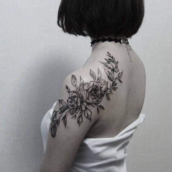 Tatuaje en hombro mujer motivos florales