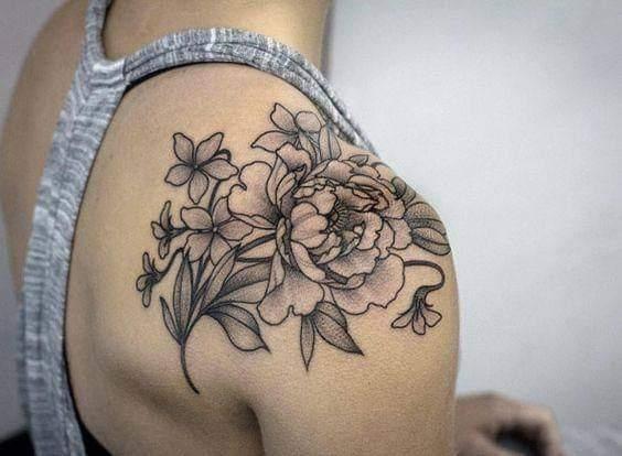 Tatuaje en hombro mujer una rosa