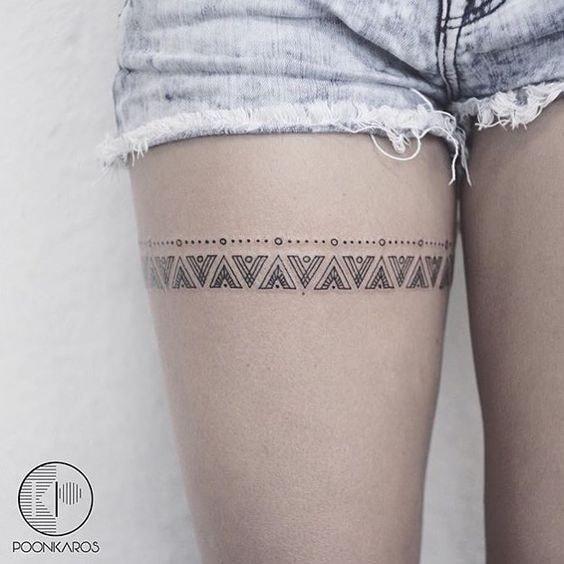 Tatuaje en la pierna de mujer liguero patron con triangulos