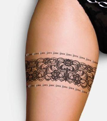 Tatuaje en la pierna de una mujer liguero grueso con motivos florales