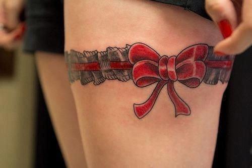 Tatuaje pierna de mujer liguero mono rojo