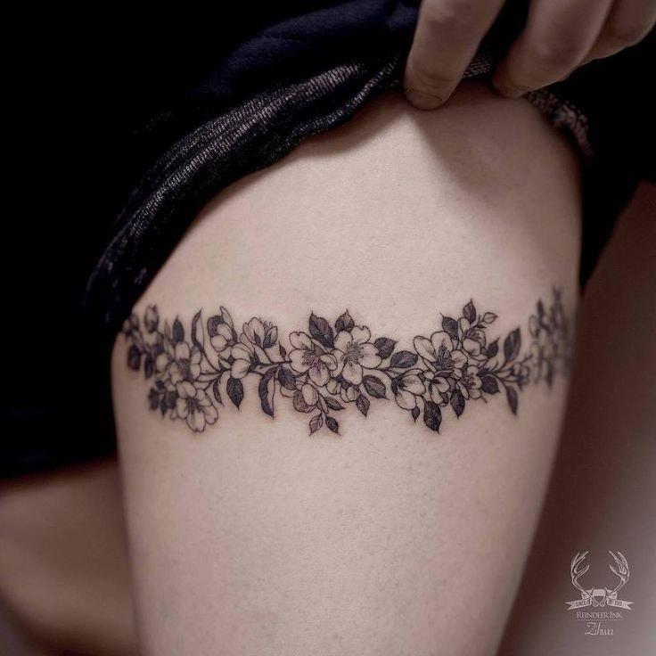 Tatuaje pierna de mujer liguero trenza de rama