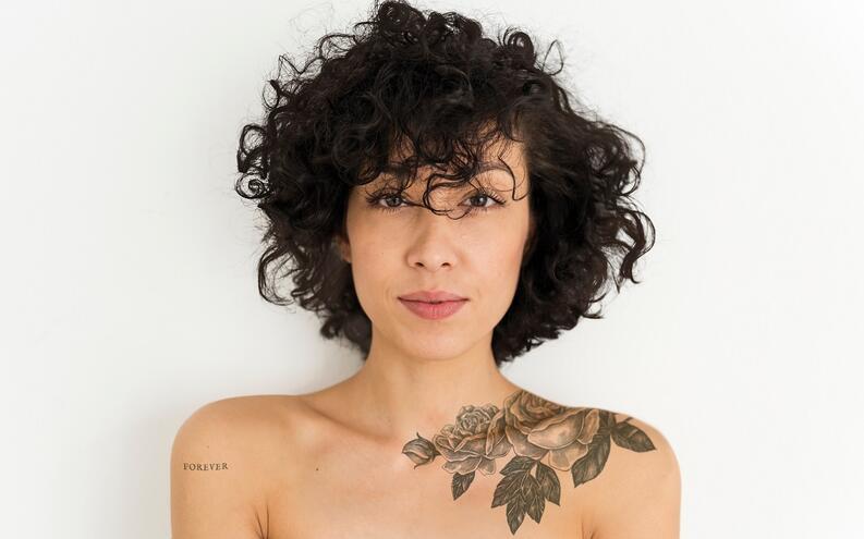 Tatuaje zona de clavicula mujer motivos de hojas y ramas