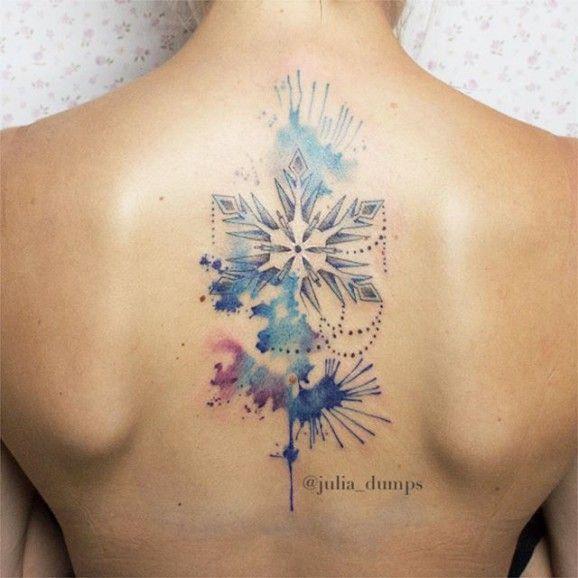 Tatuajes Navidenos en espalda mujer copo de nieve y ramas