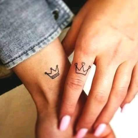 Tatuajes Pequenos para Parejas coronas en dedos
