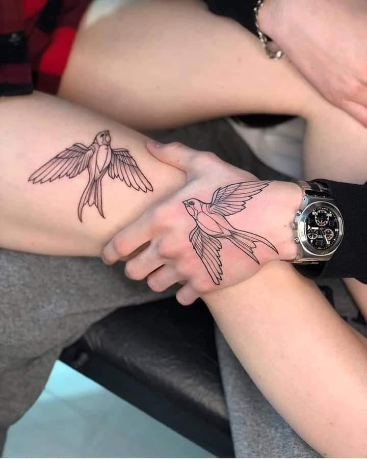 Tatuajes Pequenos para Parejas pajaro en mano y pierna