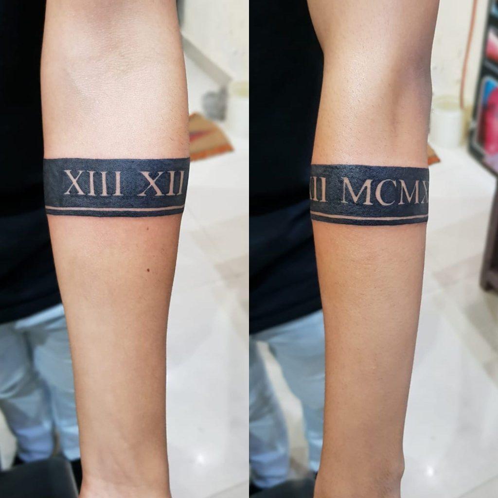 Tatuajes con Letras Romanas en fondo Black a modo de cinta