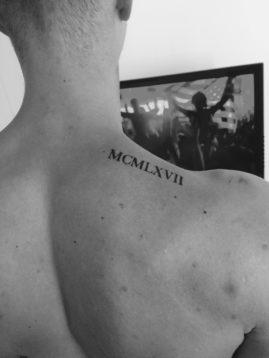 Tatuajes con Letras Romanas en hombro cuello hombre