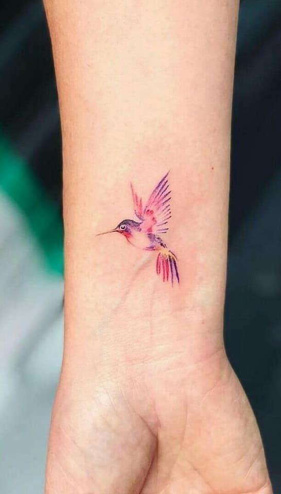 Tatuajes de Colibries Mujer colorido en muneca