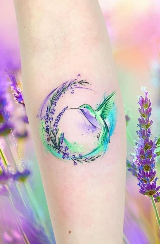Tatuajes de Colibries Mujer en colores lavanda picando una flor de labanda
