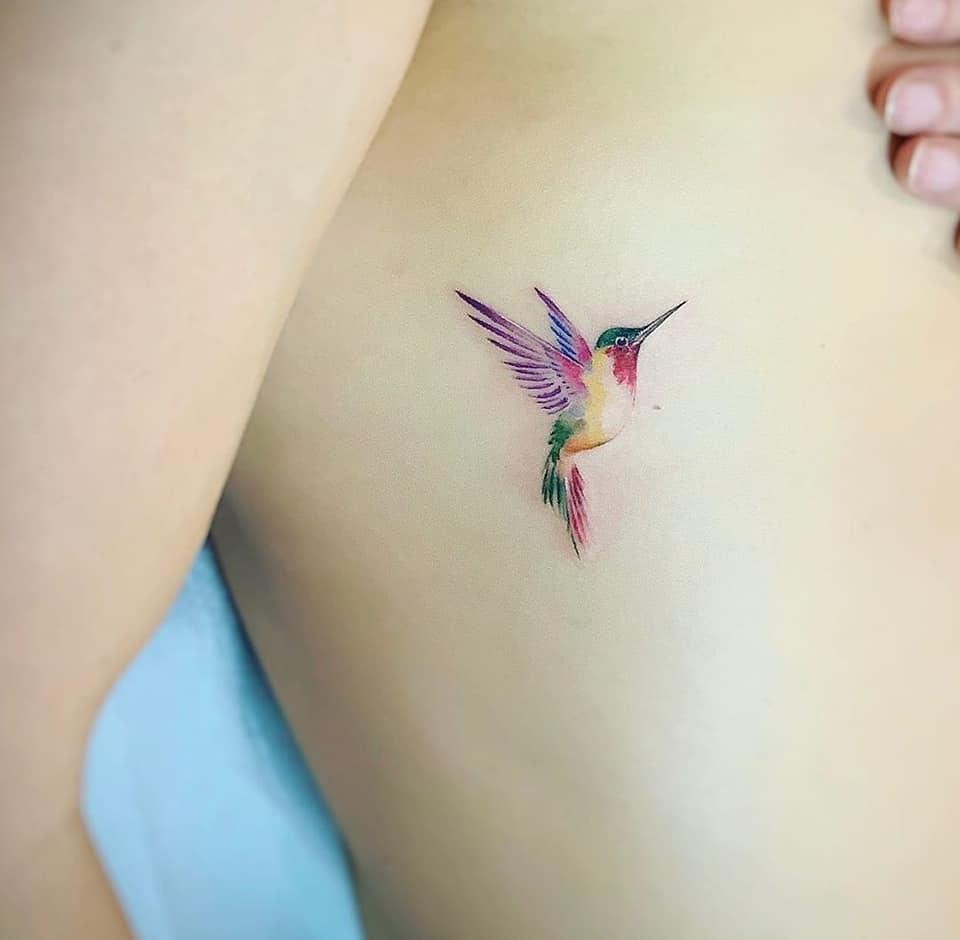 Tatuajes de Colibries Mujer en costillas al costado del pecho
