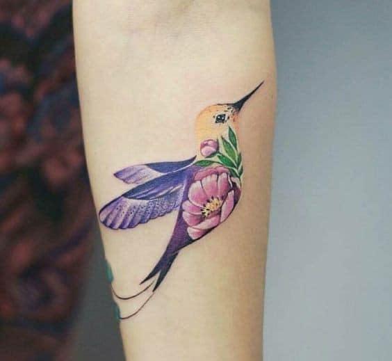 Tatuajes de Colibries Mujer violeta y flor rosa en antebrazo