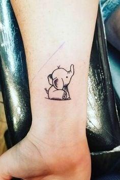 Tatuajes de Elefantes contorno de elefante en muneca