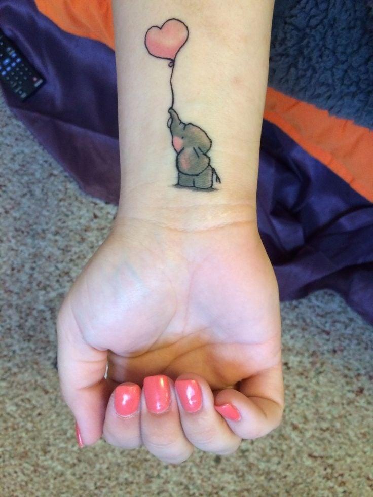 Tatuajes de Elefantes elefantito con Corazon de Globo en muneca
