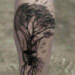 Tatuajes de Lampara Foco en pantorrila con arbol pajaros y raices 29