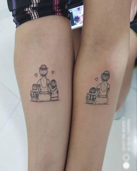 Tatuajes de Madre e Hijos y familia madre con tres hijos en ambos antebrazos