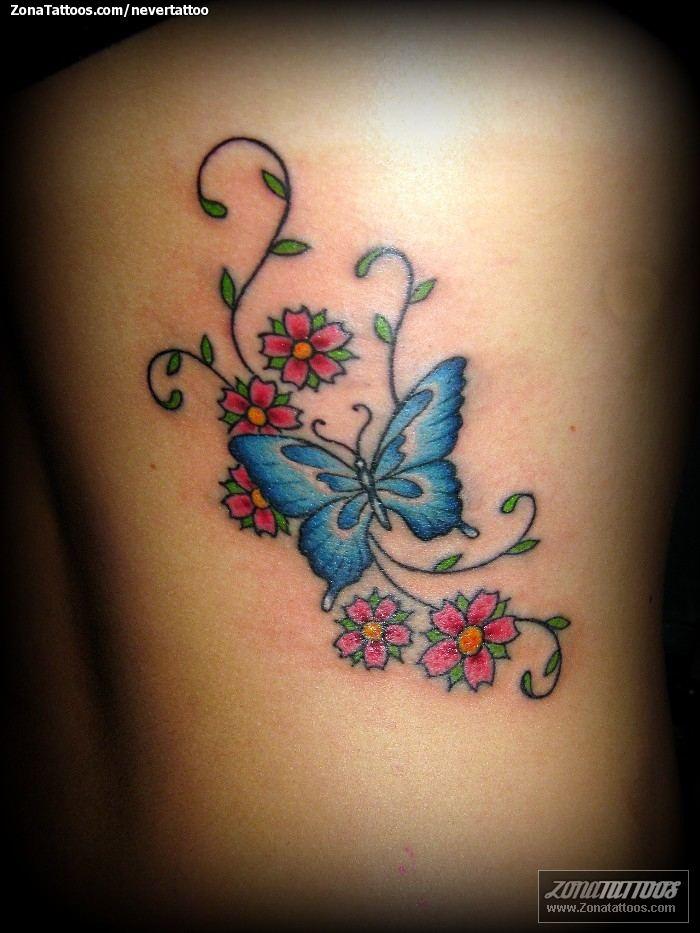 Tatuajes de Mariposas Azules con flores rojas y verdes
