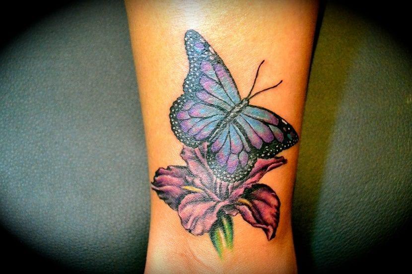 Tatuajes de Mariposas Azules con tonos violetas y flor violeta