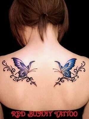 Tatuajes de Mariposas Azules en ambos homoplatos enfrentadas simetricamente espejo
