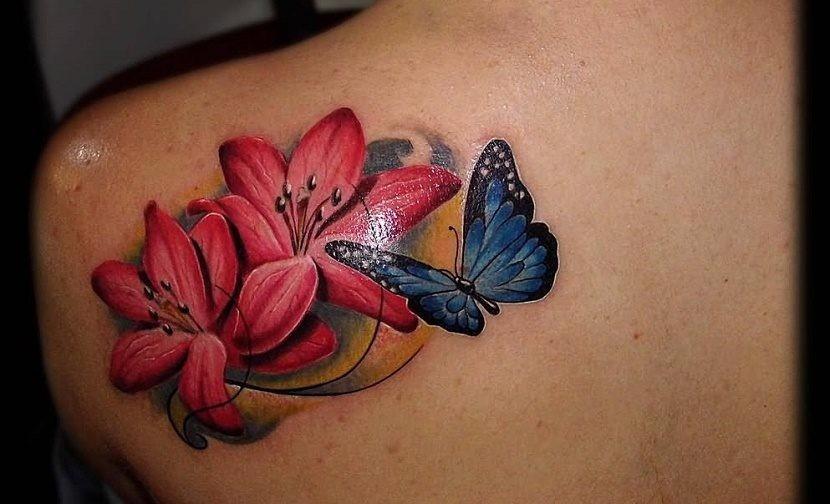 Tatuajes de Mariposas Azules y flores rojas en hombro