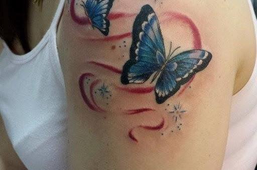Tatuajes de Mariposas Azules y trazos rojos detras