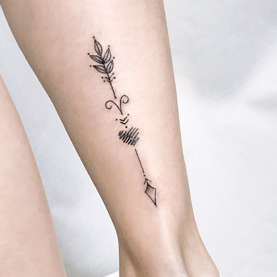 Tatuajes de aries con flecha en pantorrilla