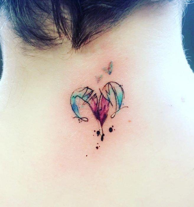 Tatuajes de aries en cuello a color