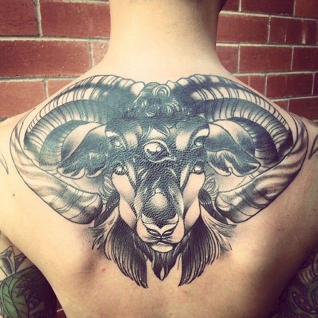 Tatuajes de aries negro y blanco en espalda