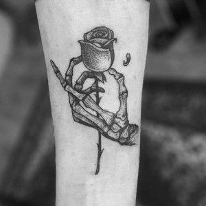 Tatuajes en el Brazo mano esqueleto agarrando rosa