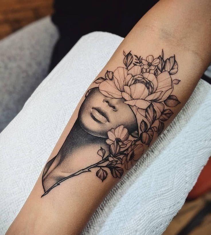 Tatuajes en el Brazo rostro de mujer con ojos tapados por flores