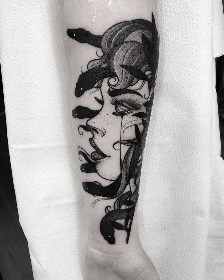 Tatuajes en el Brazo rostro de mujer medusa con serpientes negro
