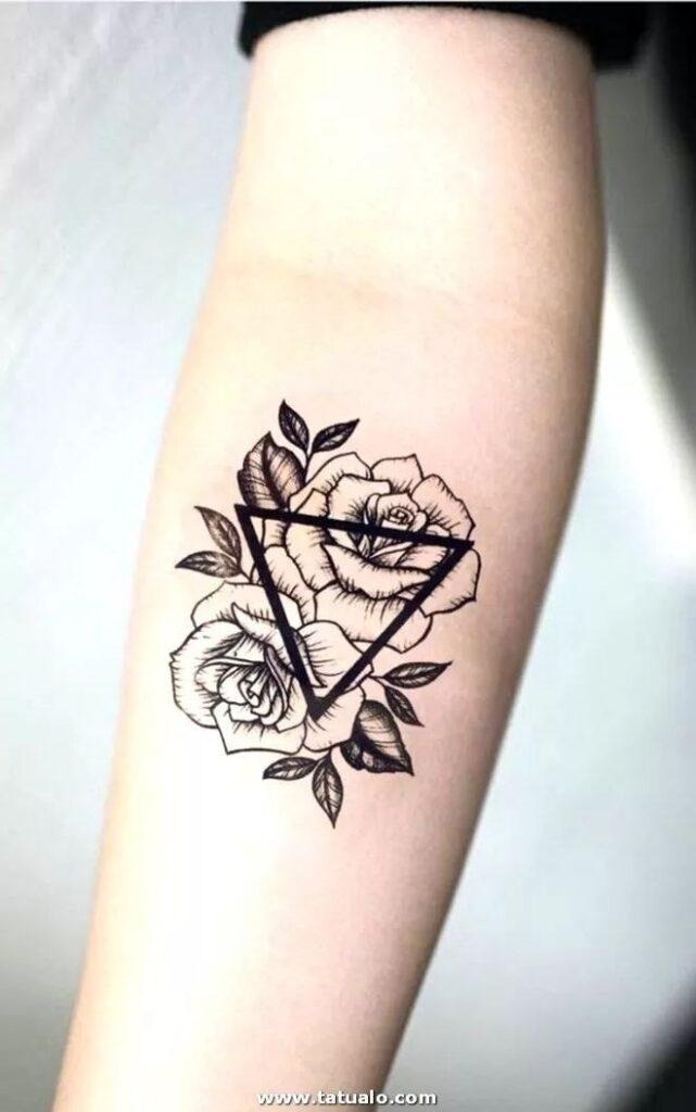 Tatuajes en el Brazo triangulo con flores