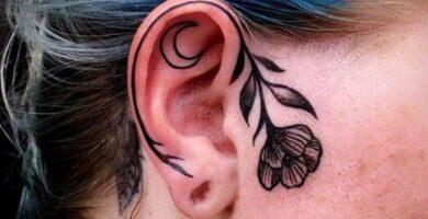 Tatuajes en los Oidos Orejas contorno de flor y luna dentro