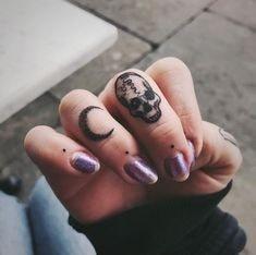 Tatuajes en los dedos de la mano Luna y Calavera