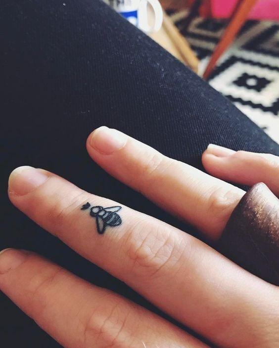 Tatuajes en los dedos de la mano abeja