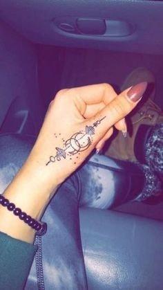 Tatuajes en los dedos de la mano atrapasuenos en dedo pulgar