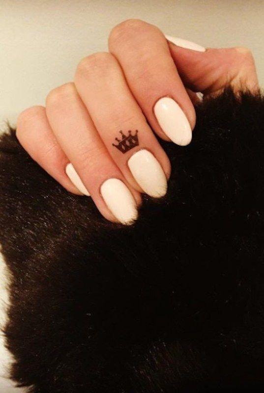 Tatuajes en los dedos de la mano corona