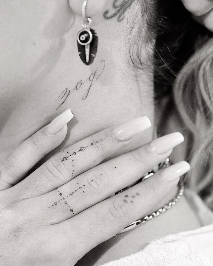 Tatuajes en los dedos de la mano detalles pequenos