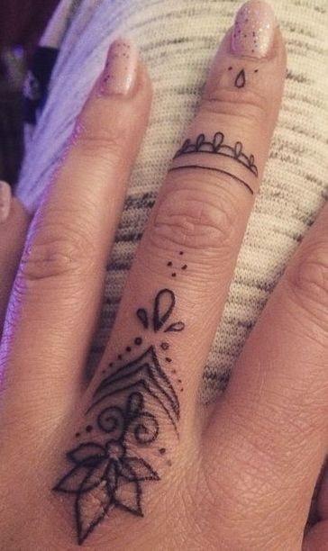 Tatuajes en los dedos de la mano flor